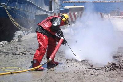 Retirer le béton à haute pression pour la rénovation d'installations portuaires